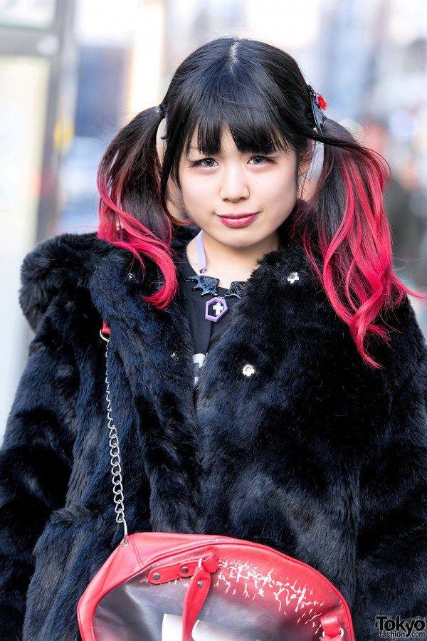 RAMBUT KEPANG DIP DYE , CANDY STRIPPER FAUX FUR COAT & KREEPSVILLE666 BAG | ARTFORIA.COM  Berita Fashion Jepang – Yuka adalah seorang siswa berusia 19 tahun – dengan pewarna rambut kecokelatan warna pink  – yang kami potret di jalan Harajuku.  Penampilan Yuka menampilkan mantel bulu dari karai Harajuku merek Candy Stripper di atas GR8 Harajuku, rok Candy Stripper, kaus kaki lutut merah, dan sepatu platform Yosuke. Aksesori – beberapa di antaranya berasal dari Conpeitou – termasuk dasi…