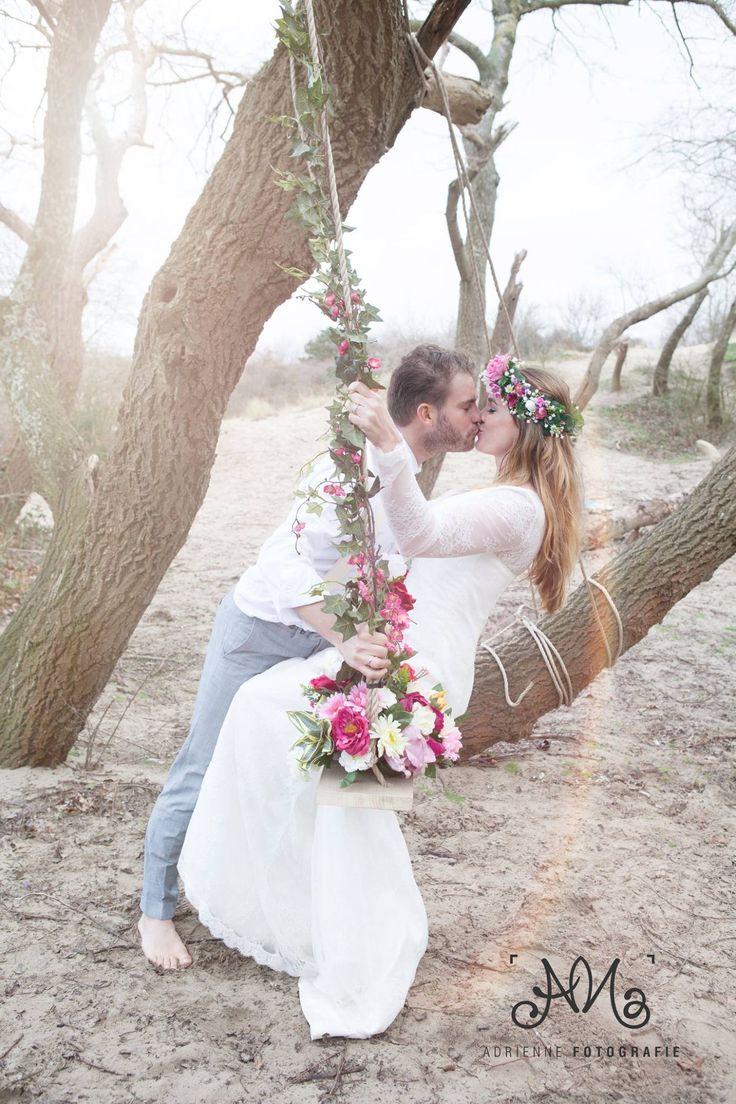 Bohemian Summer bruidegom & bruid Tim en Stephanie Akkerman kussen op de bloemenschommel.