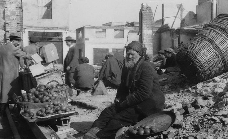 Τούρκος μικροπωλητής σε χαλάσματα
