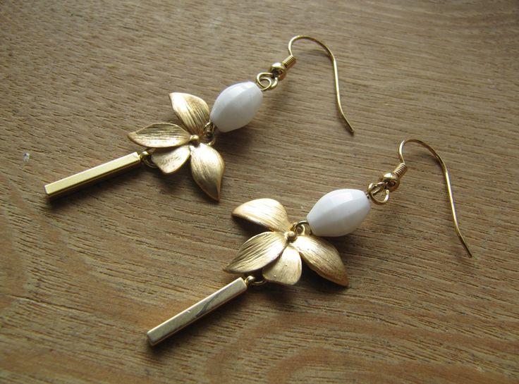 boucles d'oreilles fleur d'orchidée et perle ovale blanche à facettes : Boucles d'oreille par milky-bibiche