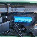 Paralyzer CREE svítilna + AKU: Paralyzer 1 MV s vestavěnou CREE LED svítilnou. Tělo z hliníkové slitiny. Rozměry:19 x 3,5 cm. Napájeno výměnným li-on ACU typ 18650 /je součástí dodávky/.S nabíječkou a autonabíječkou.V plastové kazetě. Doprava při platbě převodem za 60,- na dobírku za 100,-.https://s3.eu-central-1.amazonaws.com/data.huntingbazar.com/10996-paralyzer-cree-svitilna-aku-ruzne-prislusenstvi-ke-zbranim.jpg