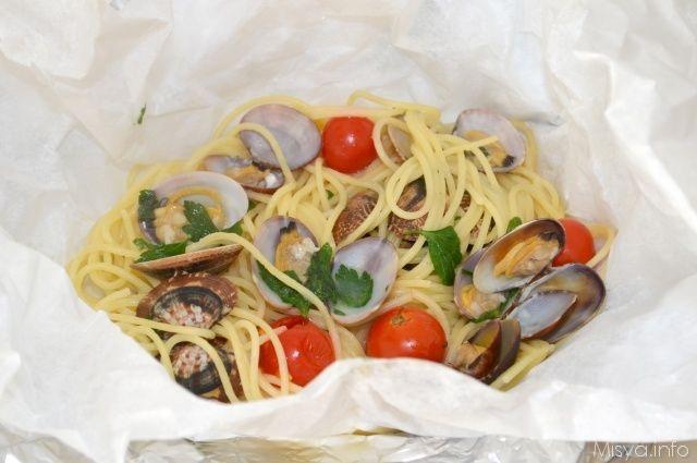 Spaghetti alle vongole al cartoccio. Scopri ricetta: http://www.misya.info/2012/11/09/spaghetti-alle-vongole-al-cartoccio.htm
