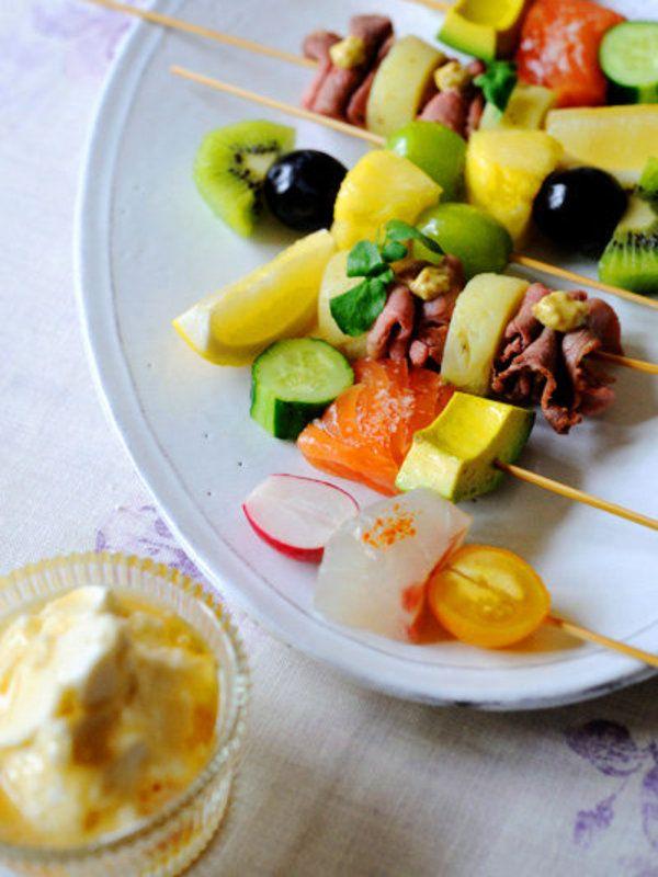フルーツのほか、肉や魚、野菜を串にさしたら、見た目も楽しい前菜が完成! フルーツ串には、マスカルポーネベースのディップも添えて。  レシピはこちら!