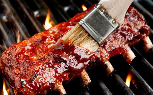 """Ribs al barbecue in stile Texano Ricetta in puro stile Texano delle ribs cotte al barbecue. Costine di maiale speziate e insaporite con il """"SUGARLESS TEXAS RUB"""" di Paul Kirk a base di paprika, aglio, pepe, cumino ed affumicate lenta #ribs #barbecue #texas"""