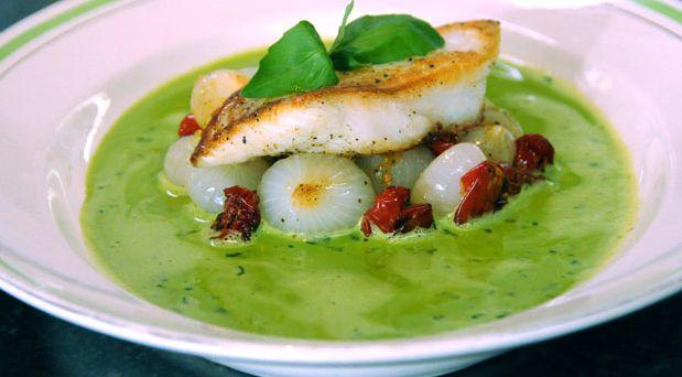 Brødrene Prices hurtige opskrift på basilikumsauce, der både er nem at lave og smager skønt. Den er fyldt med basilikum og er perfekt til fisk.