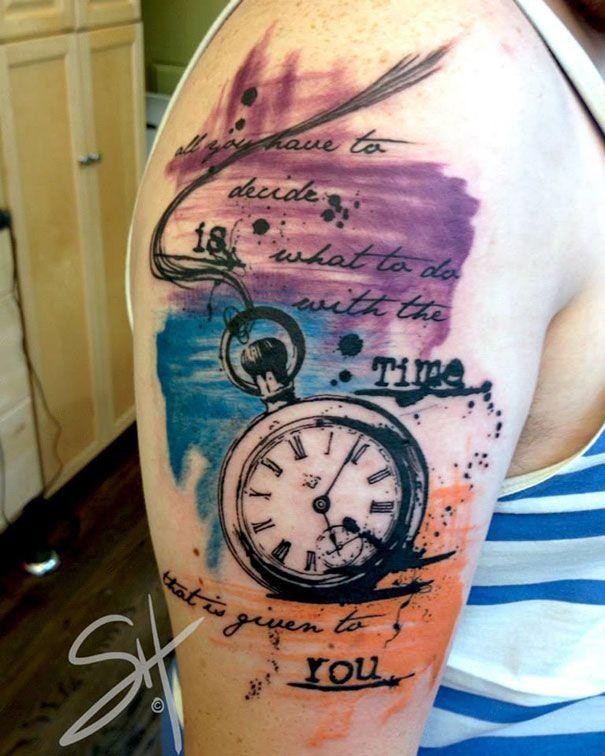 A artista Steph Hanlon, baseada em Seatle, é dona de um estilo muito original e eclético de tatuagem, misturando elementos geométricos, aquarela, formas abstratas e jatos de tinta colorida, formando uma imagem realmente única e de assinatura própria.