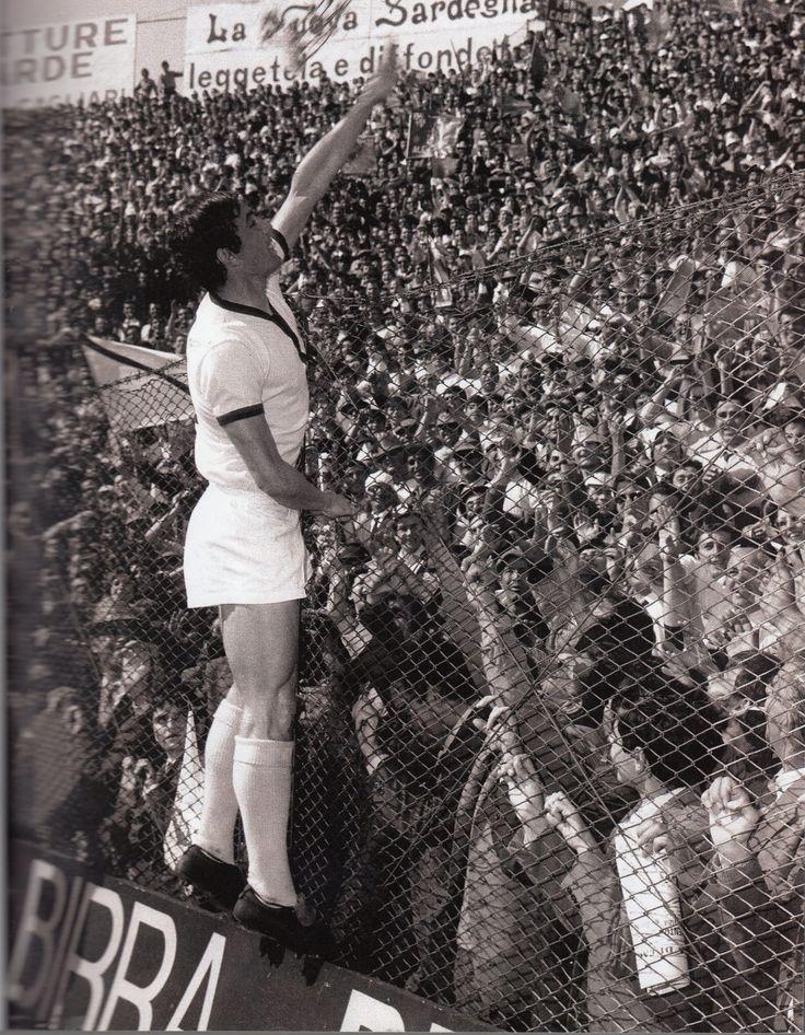 Gigi Riva, fiori ai tifosi della Curva Est - il 12 aprile 1970- LO SCUDETTO DEL CAGLIARI