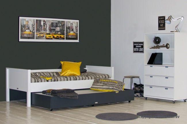 Prachtig wit bed met een modern, strak design. Staat goed in deze wit-grijze tienerkamer met het 'New Yorkse yellow-cab'-geel als accentkleur.