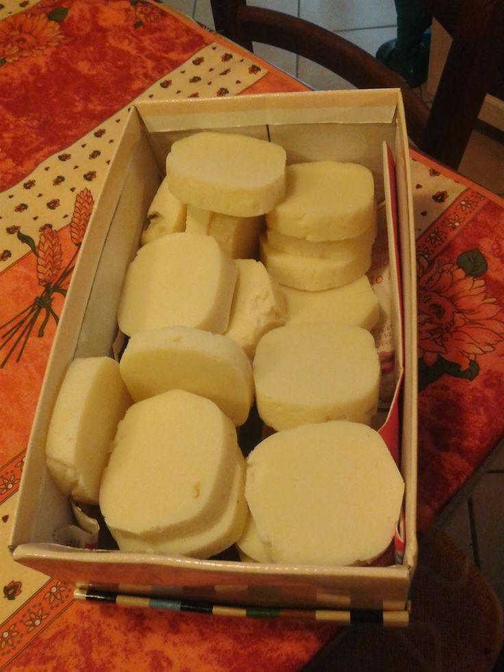 Finita la ricetta del sapone di marsiglia, è subito necessario procedere con quella del sapone da bucato.        Premetto subito che si può...