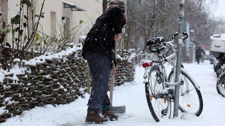 So schön der Schnee ist - wird er nicht geräumt, kann's für Fußgänger auf Gehwegen gefährlich werden. Welche Pflichten Sie als Hauseigentümer haben und wann Sie sogar von der Arbeit nach Hause fahren müssen.