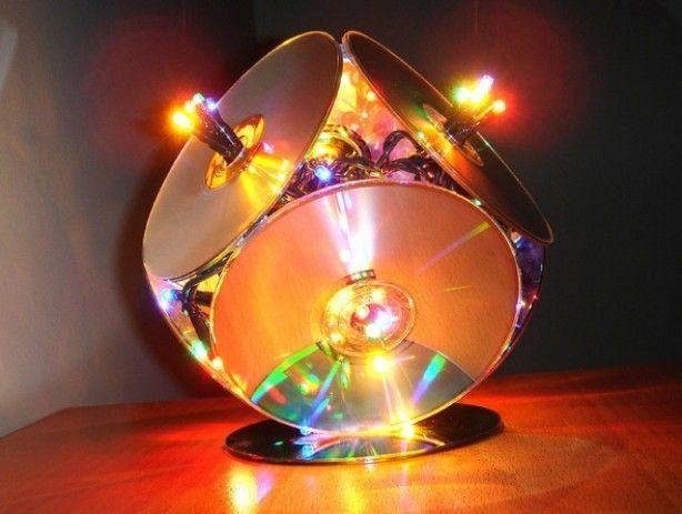 Wat je nodig hebt is tape, een pak kerstlichtjes en 7 oude CD's. Gebruik 1 CD als bodemplaat en zet hier 3 CD's op en sluit af met een laag van nogmaals 3 CD's.  De CD's maak je aan elkaar vast met tape.  Haal een paar lichtjes door ieder gaatje in de CD en klaar is je super originele kerstlamp!