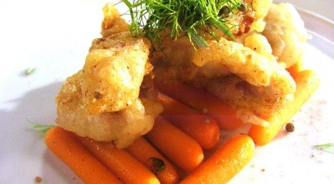 Secondi di carne veloci: la ricetta del tacchino croccante alla birra con carote baby glassate firmato Roberto Valbuzzi
