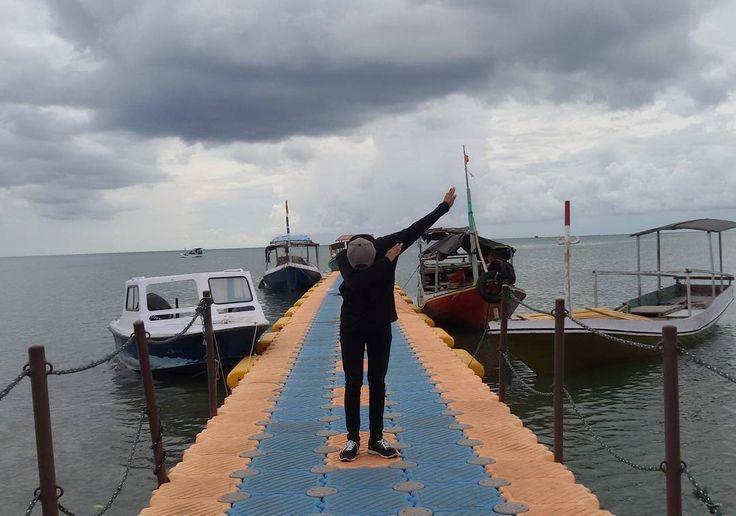 "Uda tau dibelakang itu menandakan akan datangnya badai... masih ngotot pen keliling bawean 😂😂 akhirnya ditengah perjalanan badai benar2 membasahi kami sampai rela berteduh di bawah kemah abal2 buatan @achmadhullmayadie dan dibantu oleh @yogaz_poll hahaha sungguh kenangan yg mengerikan plus mendebarkan turun dari bukit yg berlumpur dan di tahan oleh @fai_ishol ""mainkan remnya"" mainkan apanya di rem aja msih tetep jalan motornya 😂 terimakasih kawan sudah mengunjungi tanah kelahiranku 😂😂😂…"