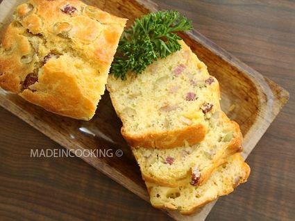 Cake aux lardons, gouda et olives vertes