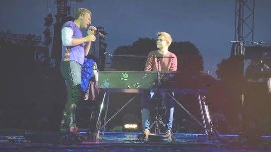 """Die Band """"Coldplay"""" hat einem deutschen Fan zu fünf Minuten Ruhm verholfen. Sänger Chris Martin lädt den 19-jährigen Ferdinand Schwartz auf die Bühne ein."""