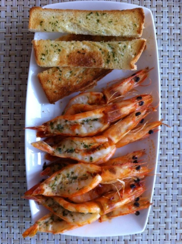 요리: 마늘버터 새우구이와 마늘빵