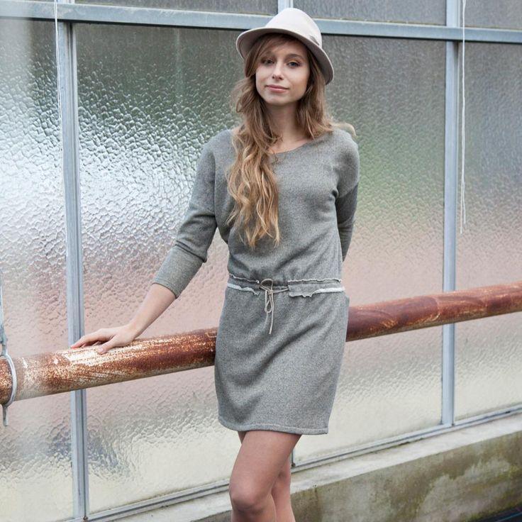 De volgende in het rijtje de eerste editie van 2015:     Jessy jurk - maten 34 tot 48  De plooien, rugsluiting en elastiek in de taille zijn...