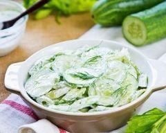 Salade de concombre au yaourt : http://www.cuisineaz.com/recettes/salade-de-concombre-au-yaourt-29226.aspx