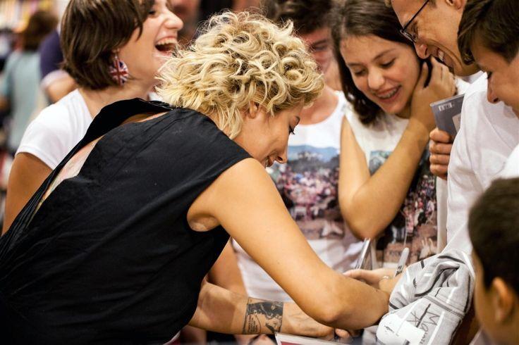 """La prima cosa che ha detto Malika Ajane alla Feltrinelli di Genova è che il suo cognome si pronuncia senza la """"e"""" finale, l'ultima cosa che ha fatto invece, tante foto e autografi ai suoi fans accorsi in gran numero. In mezzo l'intervista di Fabrizio Valenza di Radio Babboleo."""