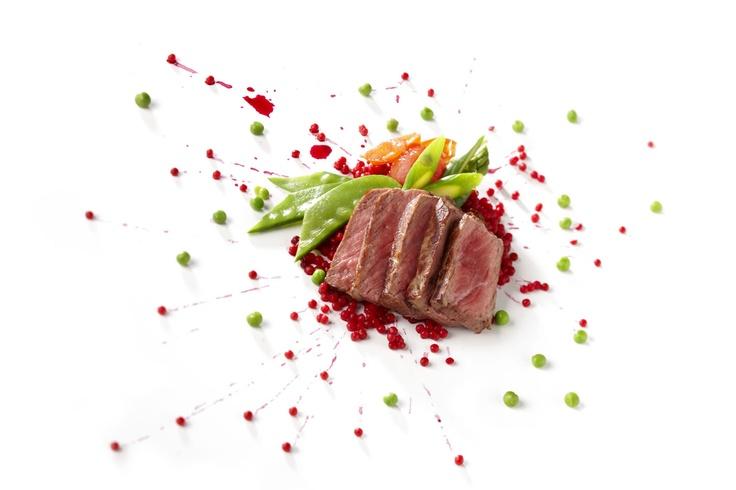 2012 Culinair - zomer | Kalfsentrecote van de gril met jus uit de Perigord, kuskusparels en gekonfijte tomaat Kook mee met maison van den Boer op www.maisonvandenboer.com/105culinair/118