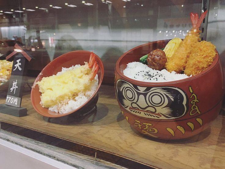 """岐阜柳ヶ瀬、武蔵野本店の""""だるまセット""""。だるまさんの上に御飯とおかず、下に温かいそばが入ってます"""
