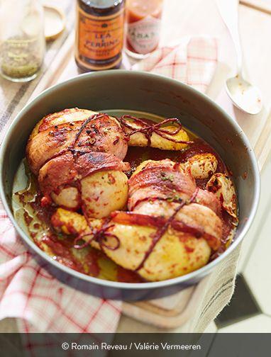 POULET SAUCE DIABLE Ingrédients pour 6 personnes : 4 cuisses de poulet fermier Label Rouge St SEVER 12 tranches de poitrine fumée (ou 1 paquet de lardons fumés) 2 cuillères à soupe d'huile d'olive 1 kg de tomates (ou une boite 4/4 de tomates pelées) 3 cuillères à soupe de concentré de tomates 10 cl de vinaigre 3 échalotes 1 gousse d'ail 50 g de beurre Sauce Worcestershire Tabasco ... Une recette riche en goût, relevée juste comme il faut. Et très facile à réaliser !
