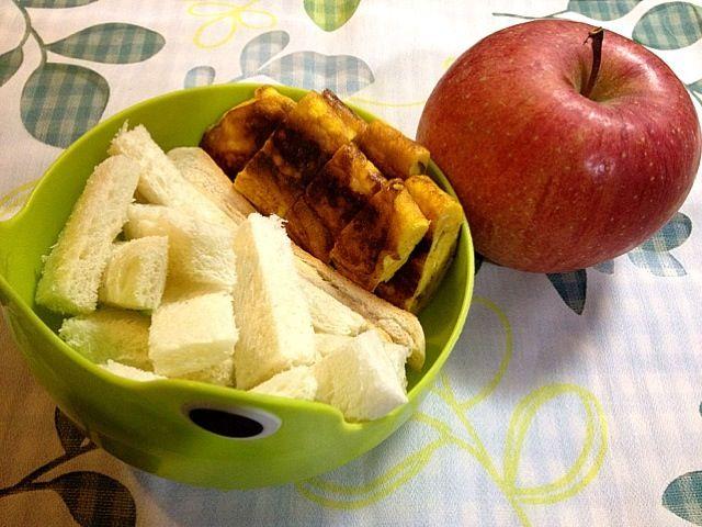 子供用です。卵焼きはかぼちゃサラダと粉チーズを卵に混ぜてから焼きましたが、美味しく出来ました。 - 6件のもぐもぐ - トースト、卵焼き(かぼちゃサラダ練りこみ)、りんご by tabimoka