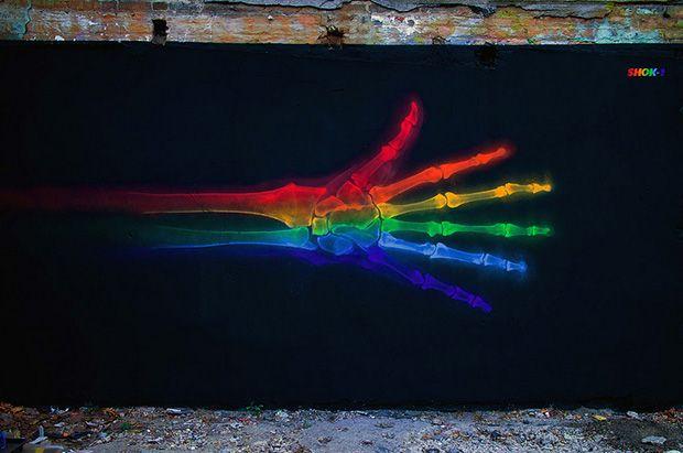 Artista londrino cria fantásticos grafites inspirado em raios-x com as cores do arco-íris:  http://followthecolours.com.br/art-attack/x-rainbow-grafitti-shok-oner/