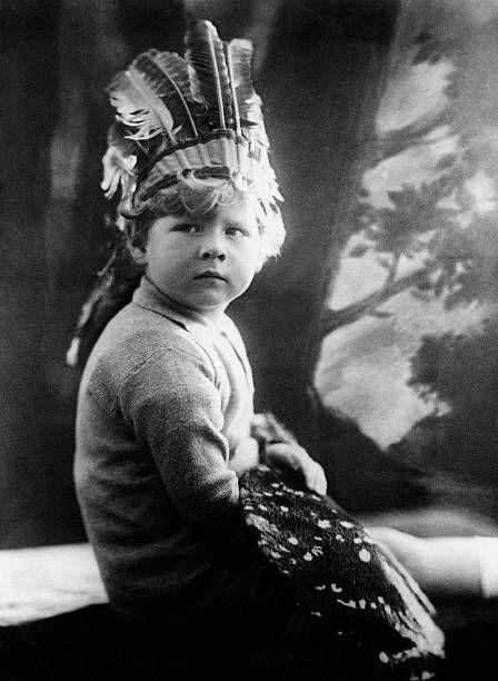 Mihai I est décédé cette semaine. Sur cette photo, il se laisse photographier en Indien pour Ullstein Bild. Il a un peu plus de trois ans.