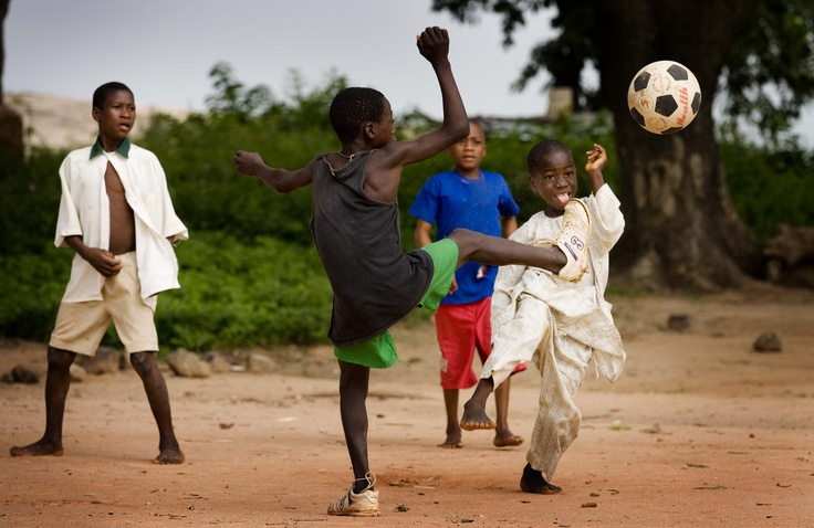 Dopo aver assunto il Mectizan che li protegge dalla cecità dei fiumi, i bambini del villaggio di Kidun in Nigeria si divertono a giocare al loro sport preferito, il calcio!