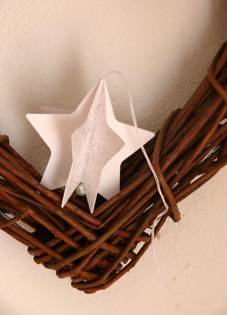 Vánoční+hvězdička+na+stromeček+Krásná+dekorace+na+vánoční+stromeček,+na+vánoční+větvičku+nebo+jen+tak+k+zavěšení.+Velikost+hvězdičky+je+8,3+cm.+Pevný+kvalitní+karton+ozdobený+glitrovým+lepidlem.