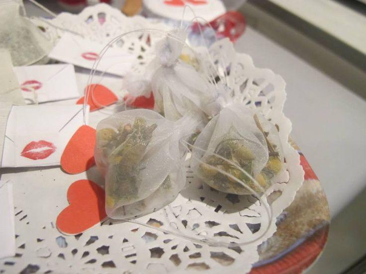 Bolsitas con hierbas para después del almuerzo. Cada uno lleva un sobre, que al abrirlo se transforma en un corazón con un lindo mensaje.
