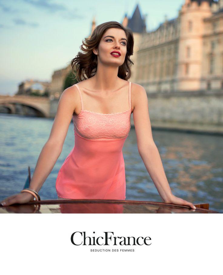 Inspirada en las últimas tendencias de moda, la nueva colección primavera-verano de Chic France presenta innovadores diseños que combinados con detalles, colores y encajes, llenos de femineidad y elegancia, evocan el enigma, la sensualidad y encanto de la noche parisina.