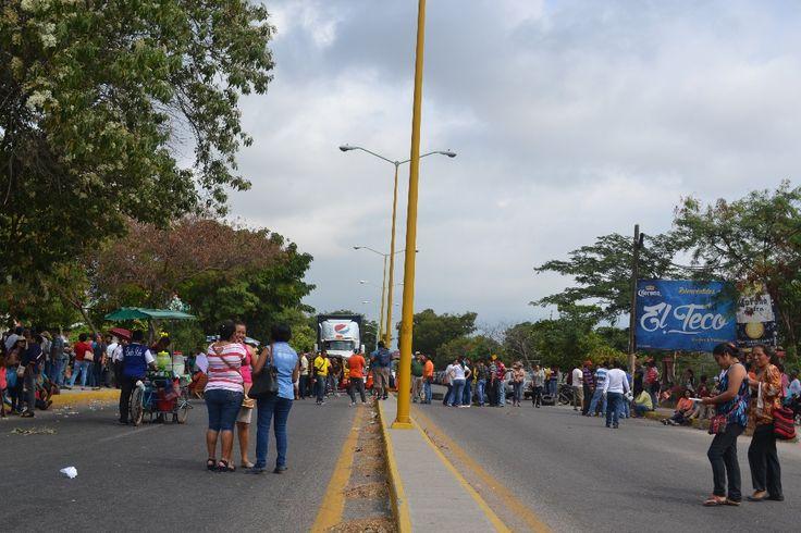 Maestros de la CNTE mantienen bloqueo en el Istmo de Tehuantepec - http://www.notimundo.com.mx/estados/maestros-la-cnte-mantienen-bloqueo-istmo-tehuantepec/
