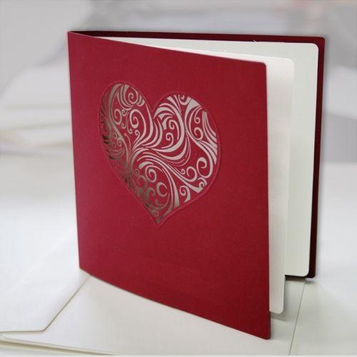 A meghívó kíváló minőségű bordó dekoratív papírból készül.A borítón egy szív formájú lézerrel kivágott fantáziadús minta.A betétlap ekrü, matt felületű.  A meghívóhoz dekoratív boríték jár.A meghívóknál nincs szerkesztésiés nyomtatási költség