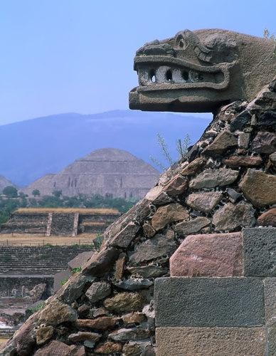 Esto es Teotihuacon . La estatua es Quetzocoatl el dios serpiente . Esto fue hecho por los aztecas . Esto es muy viejo.