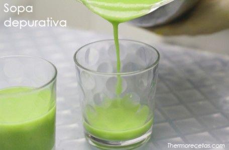 Sopa depurativa verde intenso de apio y judías verdes