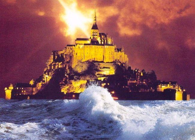 В Нормандии, на севере Франции, есть община, которая насчитывает 44 жителя, но посещают это место 2,5 млн. туристов в год. Ведь именно это место было выбрано как основу для крепости Минас Тирит. Община Мон-Сен-Мишель была основана в 708 году, но только в наши дни, оно действительно обрело популярность. Источник: http://set-travel.com/europe/item/684-abbatstvo-mon-sen-mishel