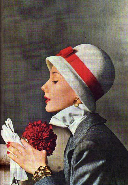 Gloves + cloche = classic, late '40s glamour