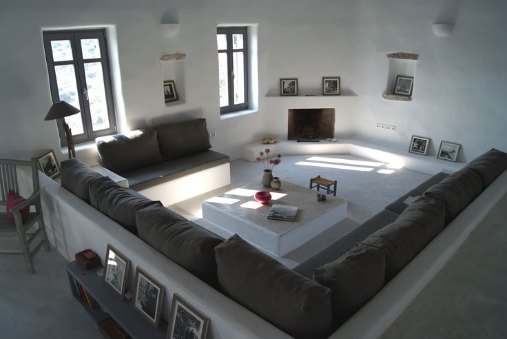 The built furniture and the different floor levels create an autonomous and warm area in a big living room.
