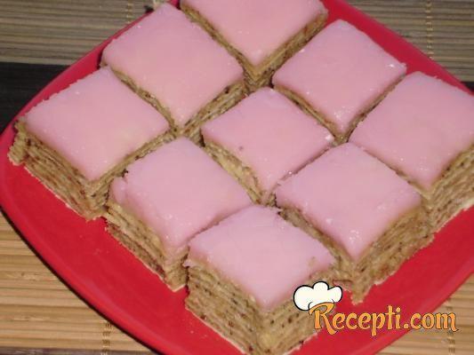 Recept za Posnu rozen tortu. Za spremanje poslastice neophodno je pripremiti kore, šećer, vodu, orah, margarin, čokoladu, rum, ulje, aromu maline.