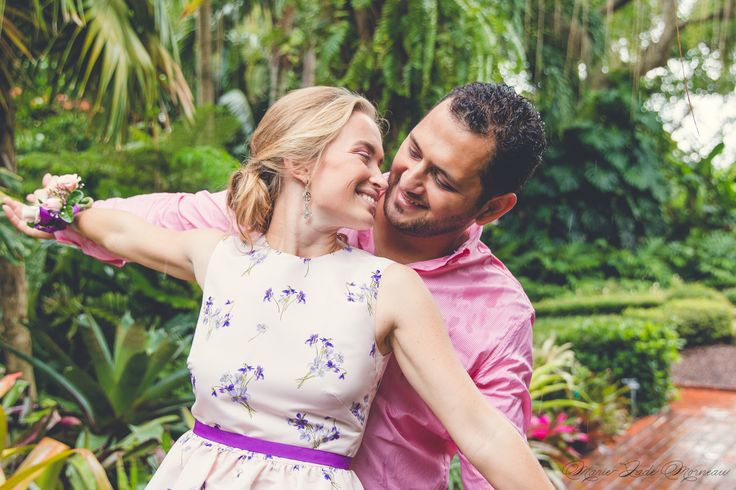 Engagement photoshoot, married, couple, portrait, photography, flowers, bouquet, mariée, bouquet, fleurs, white, inspiration, mariage, wedding, photographer, montreal, florida, miami