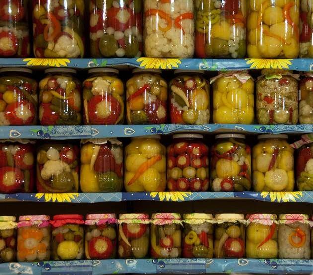 Turşu Kurmanın Püf Noktaları Nelerdir?    -  Fügen Büke #yemekmutfak Turşu çeşitli sebze ve meyvelerin sirke ve salamura denilen tuzlu su içerisinde laktik asit fermantasyonu tekniği ile dayanıklı hale getirilmesidir. Türk mutfağının geleneksel tatlarından biri olan turşu özellikle kuru fasulye ve bakliyat yemeklerinin olmazsa olmazıdır. Peki kış aylarında keyifle tüketeceğimiz lezzetli turşular yapmanın püf noktaları nelerdir?