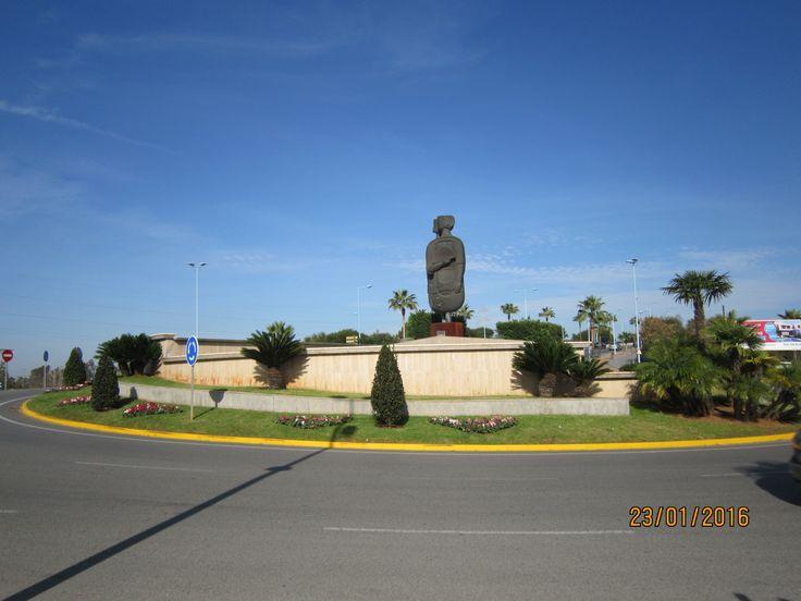 Lugar donde se encuentra ubicada la escultura de Salvador García. Cerca de la N.IV, en una de las entradas a Dos Hermanas, Sevilla.