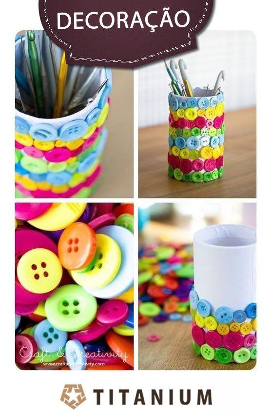 Que tal dar um ar fashionista a sua escrivaninha ? Decore seu porta lápis colando botões coloridos e garanta um visual muito moderno e divertido.