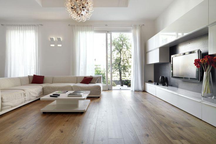 Glazend wit tv-meubel op maat - modern interieur met parket