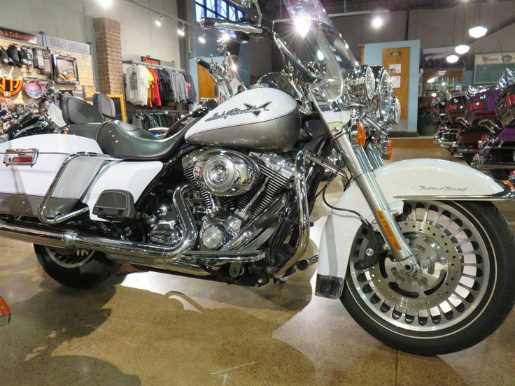 Clare's Harley-Davidson Motorcycles - 2009  Harley-Davidson® Road King® Two-tone White Gold Pearl / Pewter Pearl. Quick detach docking hardware, rider backrest, luggage rack, windshield bag, factory security.