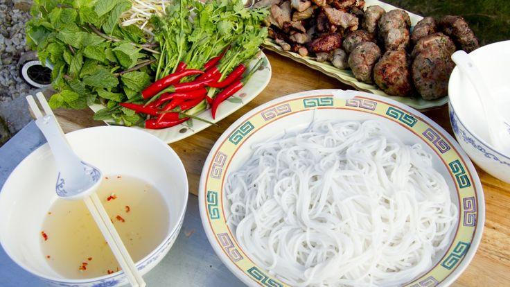 Grillet svinekjøtt og små kjøttboller serveres til suppe med nudler, urter, løk og bønnespirer.