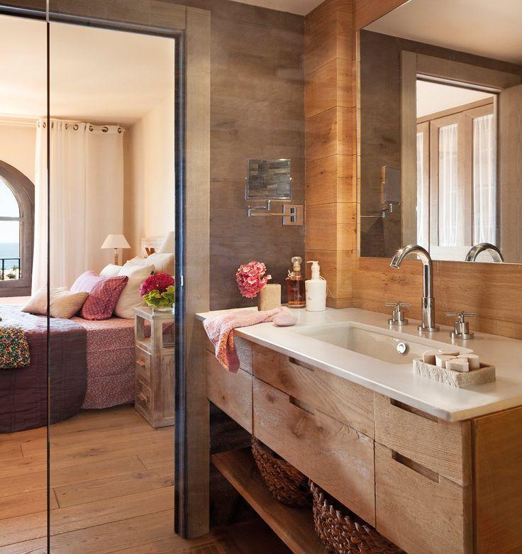 Un baño natural  Con un mueble bajolavabo realizado con madera y encimera de piedra, diseñado y realizado por Integra. Grifería de Tres Grif...
