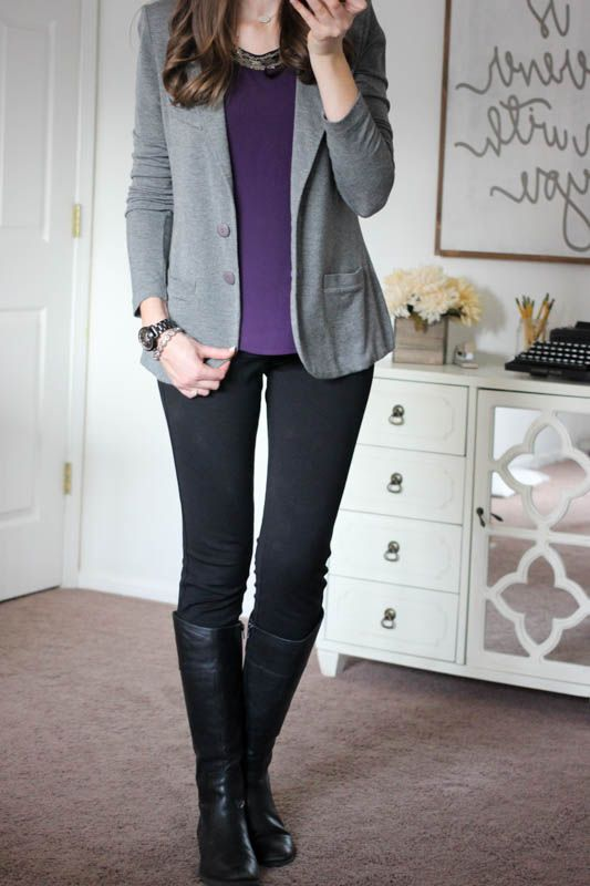 Blusa + pantalones negros + botas, ideal para ir al trabajo .